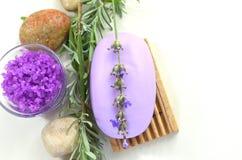 Naturlig tvål med lavendel, kvistar av lavendel, hav som är salt med lavendel Arkivbild