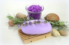 Naturlig tvål med lavendel, kvistar av lavendel, hav som är salt med lavendel Arkivfoton