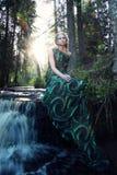 Naturlig ung nymfkvinna nära vattenfallet i skogen Fotografering för Bildbyråer