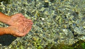Naturlig vår som water&Sparkling rent naturligt vatten arkivbild