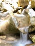 Naturlig vattenfall i lång exponering i Cypern arkivbilder