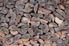 Naturlig wood bakgrund, närbild Vedträt är lagt och förberett för vinterhögen av träjournaler royaltyfri foto