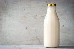 Naturlig yoghurt i den horisontalglasflaskan Arkivfoton