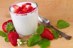 Naturlig yoghurt med den nya jordgubben Arkivbilder