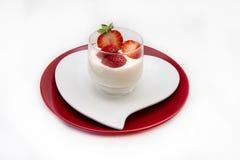 Naturlig yoghurt med jordgubbar royaltyfria foton