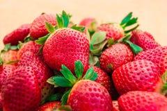 Naturliga bär för nytt jordgubbebakgrundsfoto Royaltyfri Fotografi