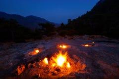 Naturliga bränder på lutningarna av monteringsskenbilden Royaltyfri Bild