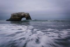 Naturliga bro och vågor i Stilla havet på naturliga broar Royaltyfri Foto