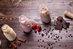 Naturliga choklad-, vanilj- och jordgubbemilkshakar royaltyfria bilder