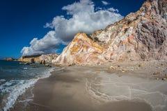 Naturliga färger av Firiplaka sätter på land, Milos, Grekland royaltyfria foton