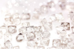 Naturliga genomskinliga diamanter i makro på vit Royaltyfria Foton