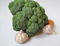 Naturliga grönsaker - broccoli, vitlök, lök royaltyfri foto