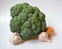 Naturliga grönsaker - broccoli, vitlök, lök fotografering för bildbyråer