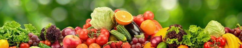 Naturliga grönsaker och frukter för collage på mörker - grön bakgrund royaltyfria foton