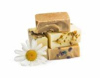 Naturliga handgjorda tvålar med honung, lavendel, kamomill och get M Arkivbild