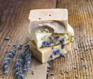 Naturliga handgjorda tvålar med honung, lavendel, kamomill och get M Arkivfoton