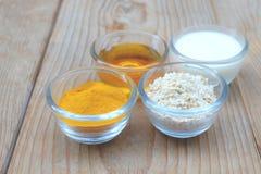 Naturliga ingredienser för hemlagad kroppframsida skurar havrehonung och yoghurt pärlor för blå för begrepp för bakgrundsskönhet  royaltyfria foton