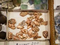 Naturliga klumpar av koppar och andra mineraler royaltyfria bilder