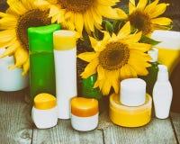 Naturliga kroppomsorgskönhetsmedel med solrosor Arkivbilder