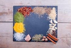 Naturliga kryddor och örter spridde kritiserar på magasinet på en gammal lantlig tabell Naturliga och bio ingredienser för att la Arkivbilder
