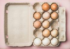 Naturliga kulöra ägg för påsk i asken, kopieringsutrymme arkivfoton