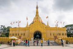 Naturliga Lumbini parkerar den buddistiska templet med guld- byggnad i Berastagi, Indonesien fotografering för bildbyråer
