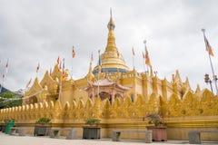 Naturliga Lumbini parkerar den buddistiska templet med guld- byggnad i Berastagi, Indonesien arkivbilder