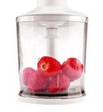 Naturliga, mogna och söta jordgubbar är i en vit blandare som isoleras på en vit bakgrund Bär mycket av vitaminer Royaltyfria Foton