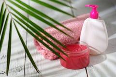 Naturliga organiska badprodukter handduk, tvål, schampoflaska och l Arkivbild