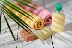 Naturliga organiska badprodukter handduk, tvål, schampoflaska och l Arkivfoto