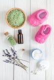 Naturliga organiska skönhetsmedel för behandla som ett barn med lavendel på träbakgrund Royaltyfri Foto