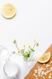 Naturliga organiska skönhetsmedel för behandla som ett barn på bästa sikt för vit bakgrund Arkivfoton