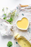 Naturliga organiska skönhetsmedel för behandla som ett barn på bästa sikt för vit bakgrund Arkivbild