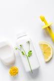 Naturliga organiska skönhetsmedel för behandla som ett barn på bästa sikt för vit bakgrund Arkivbilder