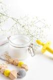 Naturliga organiska skönhetsmedel med örter för behandla som ett barn på vit bakgrund Arkivbilder