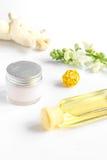 Naturliga organiska skönhetsmedel med örter för behandla som ett barn på vit bakgrund Royaltyfri Fotografi