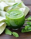 Naturliga organiska smoothiegräsplanspenat Arkivbilder