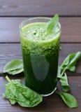 Naturliga organiska smoothiegräsplanspenat Arkivfoton