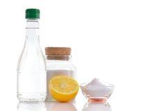 Naturliga rengöringsmedel. Vinäger natriumbikarbonat, saltar och citronen. Arkivfoton