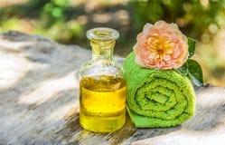 Naturliga skönhetsmedel för hår Nödvändig olja och en mjuk handduk aromatherapy brunnsort arkivbild