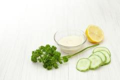 Naturliga skönhetsmedel från gurkan på vit Arkivbilder