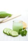 Naturliga skönhetsmedel från gurkan på vit bakgrund Royaltyfri Bild