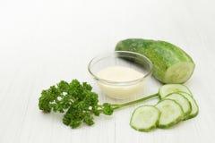 Naturliga skönhetsmedel från gurkan på vit bakgrund Royaltyfria Foton