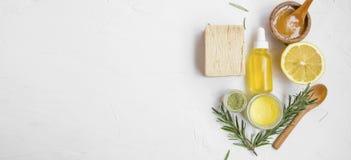 Naturliga skincareingredienser med manukahonung, citronen, nödvändig olja, lera, balsam, rosmarinörter och naturlig tvål med kopi arkivfoton