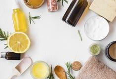Naturliga skincareingredienser med manukahonung, citronen, nödvändig olja, lera, balsam, rosmarinörter och naturlig tvål med kopi arkivbilder