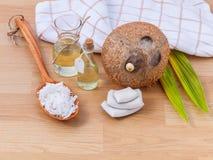 Naturliga Spa ingredienser - Nödvändig olja för kokosnöt för alternativ royaltyfria bilder
