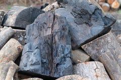 Naturliga svarta kol traver väntande på bränning royaltyfri fotografi