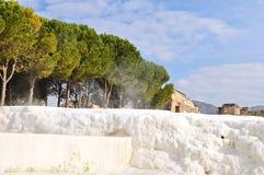Naturliga travertines för varm vår av Pamukkale i den Denizli staden royaltyfria foton