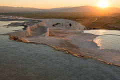 Naturliga travertinetips och terrasser på solnedgången, Pamukkale Royaltyfri Bild