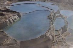 Naturliga travertinetips och terrasser, Pamukkale, Turkiet royaltyfria foton